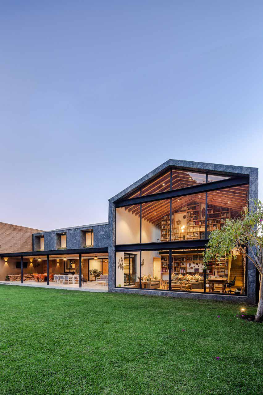 Casa Texcal от HGR Arquitectos имеет лужайку с травой.