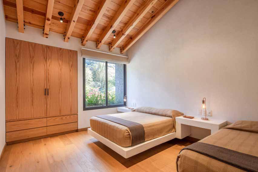 Открытые сосновые балки в спальне