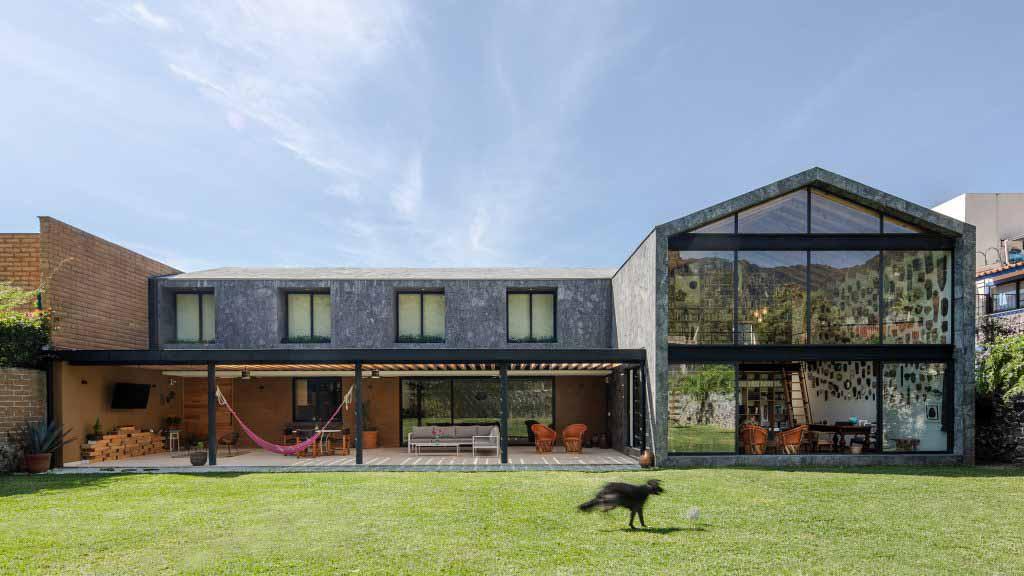 Облицовка серого камня Casa Texcal в Мексике от HGR Arquitectos