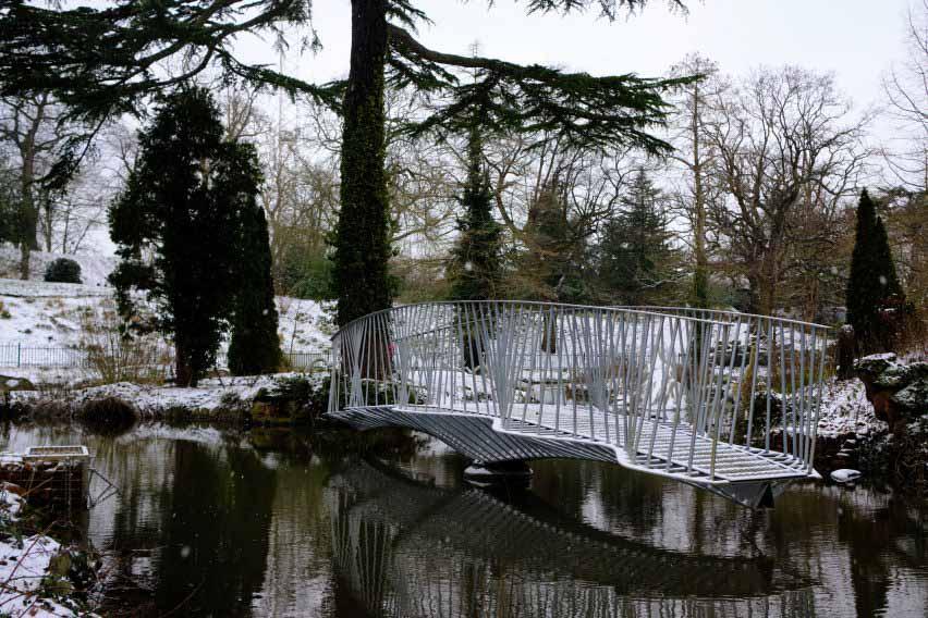 Разводной мост на острове динозавров в парке Кристал Пэлас