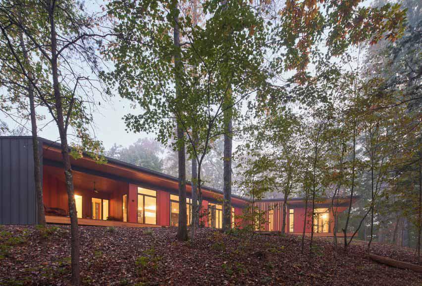 Французский широкий дом Сандерса Пейса проходит через лес Теннесси