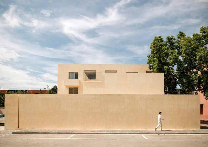 Команда BLDG превращает заводскую баню в художественную студию и выставочное пространство