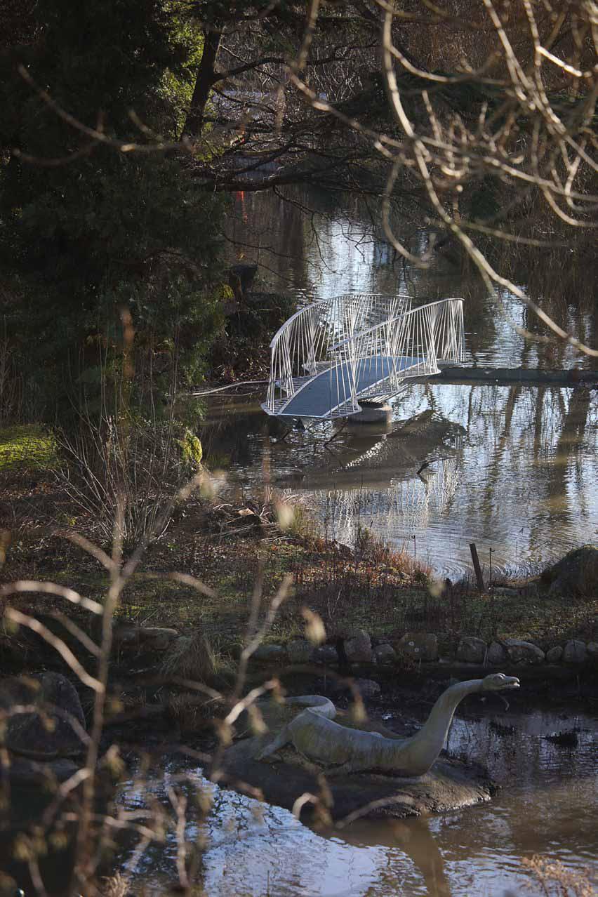 Разводной мост на остров динозавров в парке Кристал Пэлас