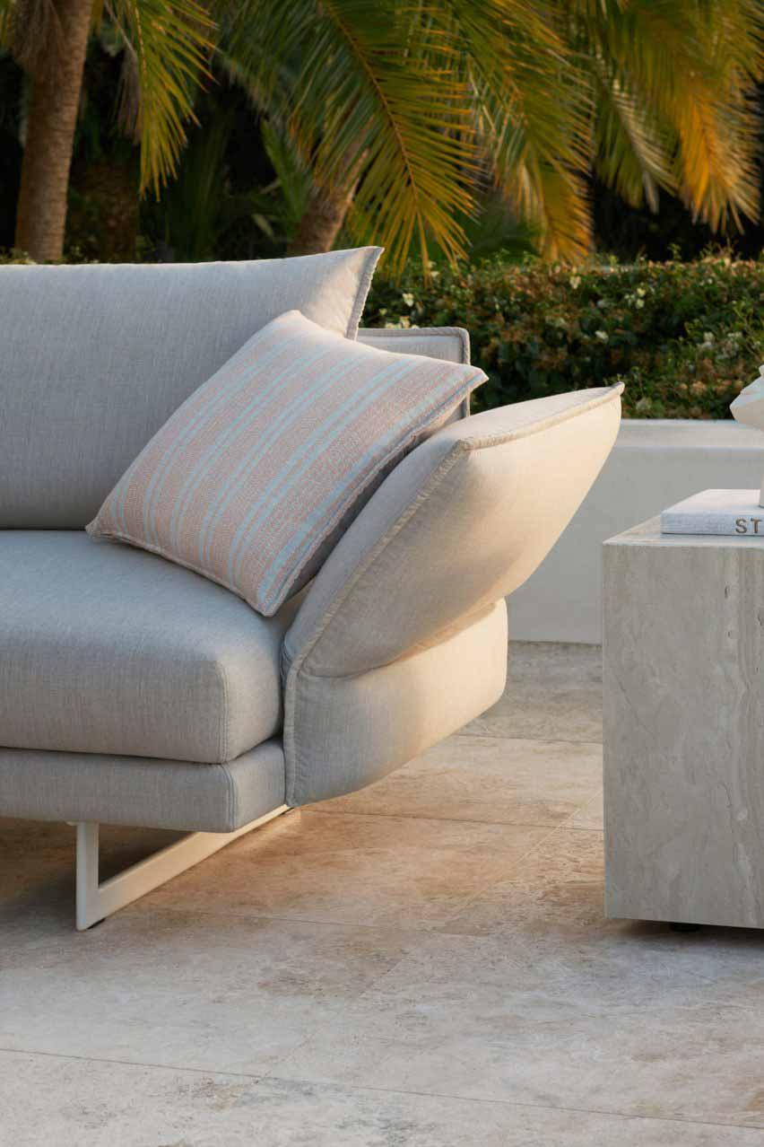 Уличный диван Zaza от Чарльза Уилсона для King Living