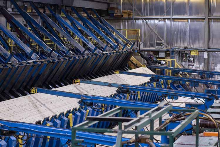 Производство клееного бруса в Британской Колумбии. Изображение © Brudder Productions. Предоставлено naturallywood.com