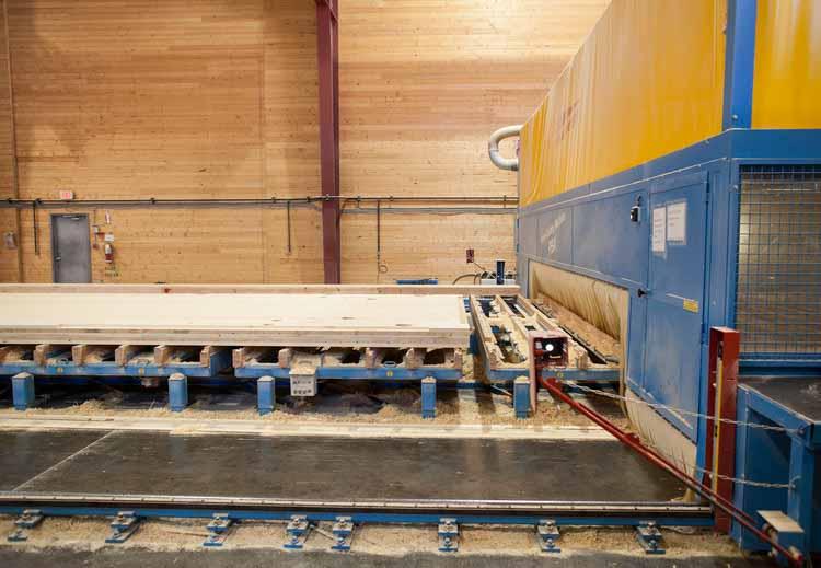 Производство панелей CLT, клееных балок и стальных соединителей для Brock Commons Tallwood House компанией Structurlam / Monashee. Изображение © Brudder Productions. Предоставлено naturallywood.com