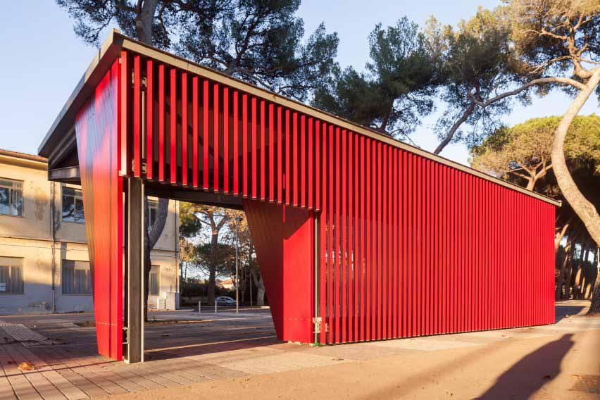 Красная автобусная остановка из алюминиевых планок.