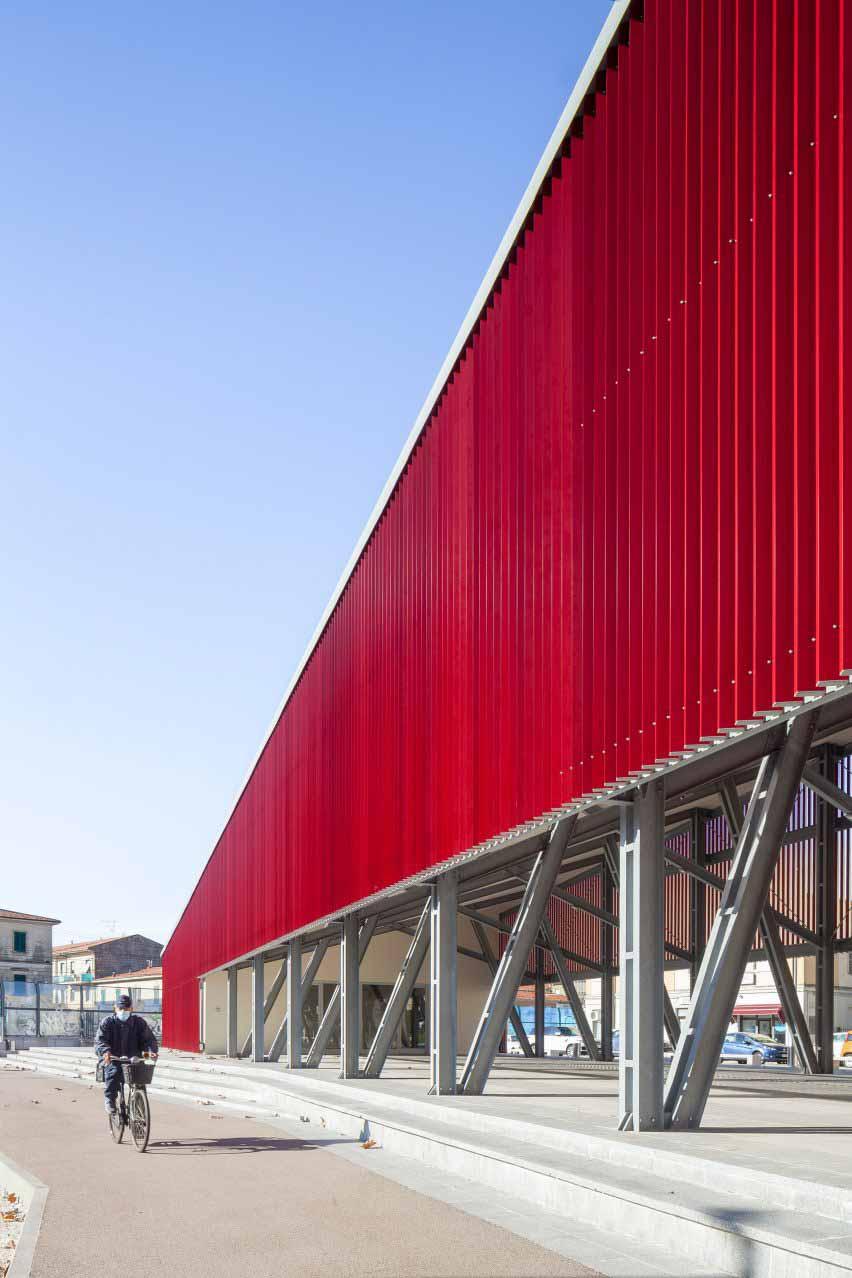 Угловой красный павильон