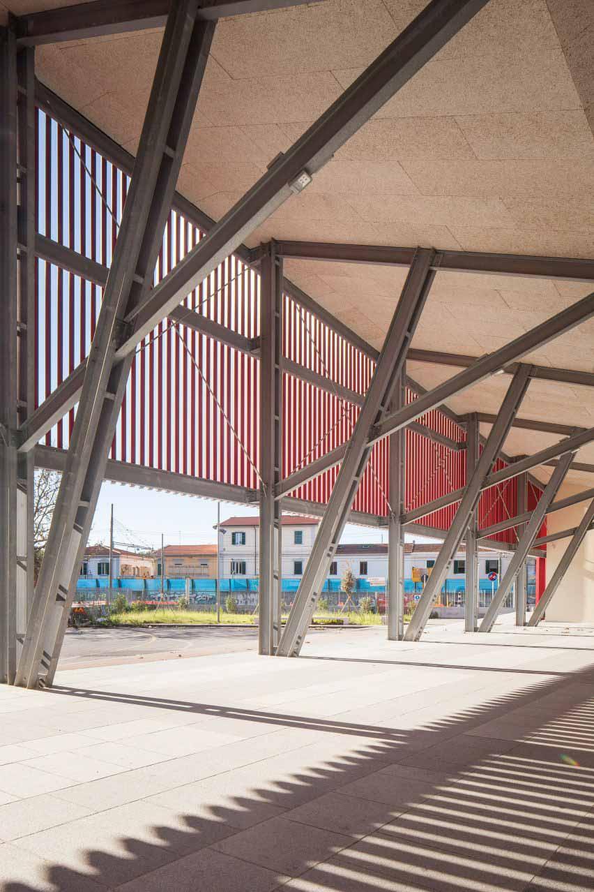 Открытая металлическая конструкция павильона.