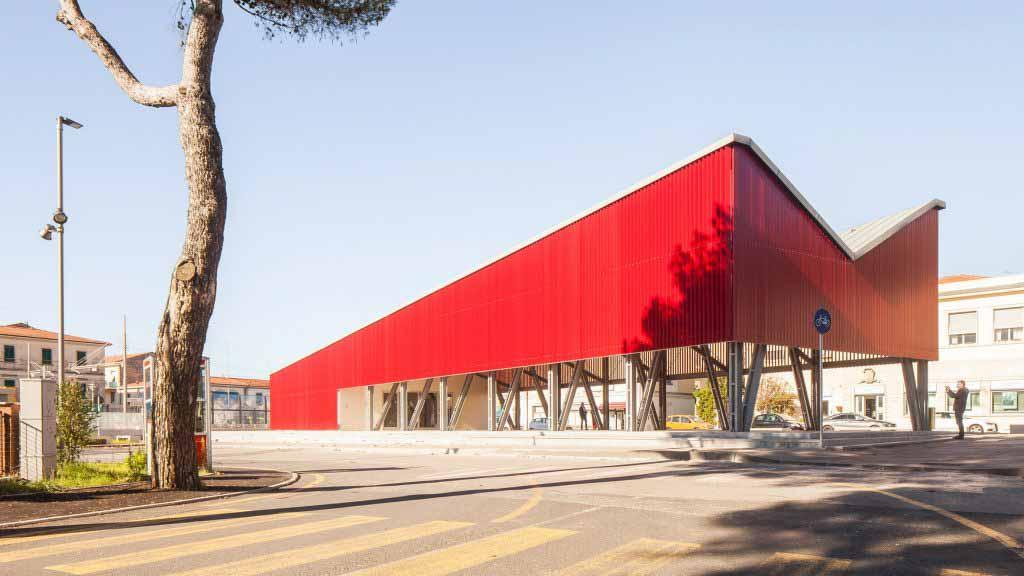 Ярко-красная «лоджия» является центральным элементом площади Piazza della Repubblica от UNA2.