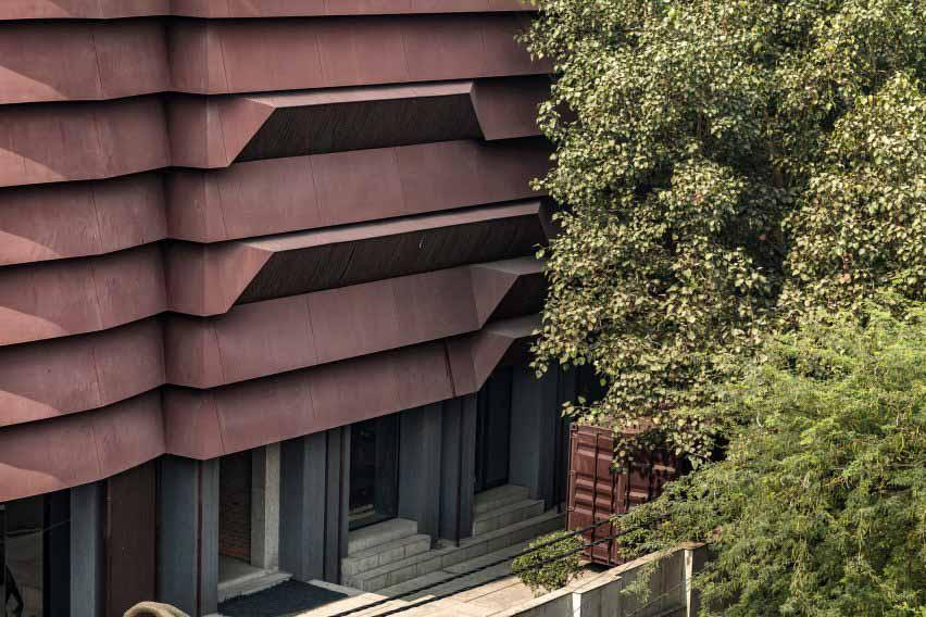 Гранит, стекло и сталь объединены архитектурной дисциплиной.