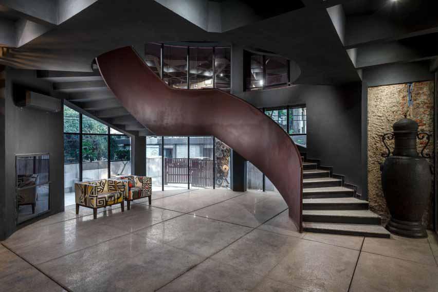 Лестница имеет отделку из состаренной стали от Architecture Discipline.