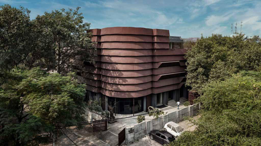 Архитектурная дисциплина окутывает штаб-квартиру Rug Republic в оболочку из кортеновской стали.