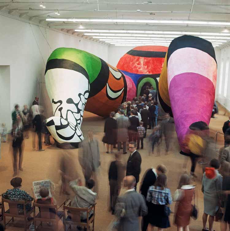 Посетители входят в «Hon» (1966). Изображение любезно предоставлено Hans Hammarskiöld Heritage. © Ханс Хаммаршельд