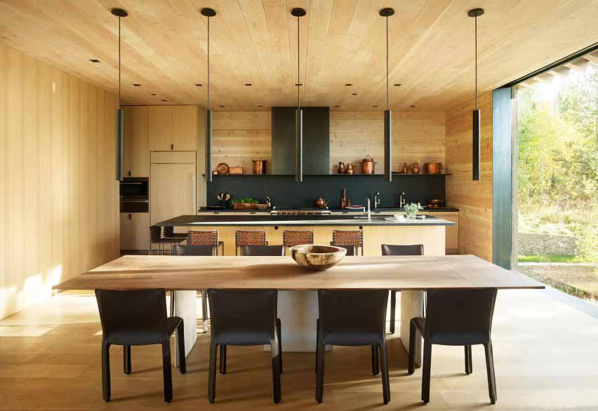 Светлая кухня в доме в США