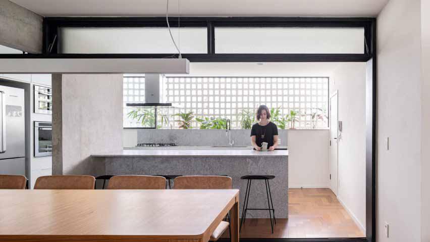 Квартира в Бразилиа с решетчатой стеной, пропускающей свет