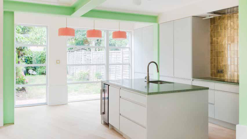 Лондонская пристройка для кухни с зелеными деталями