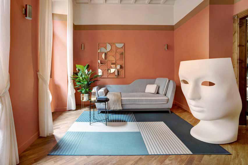 Оранжевый интерьер квартиры с большой мирной лилией