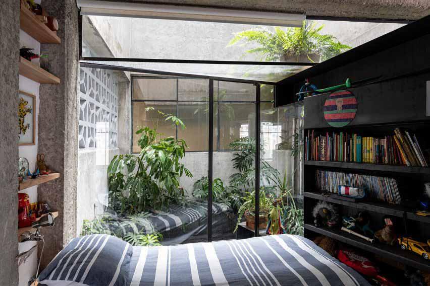 Спальня с видом на внутренний двор с растениями