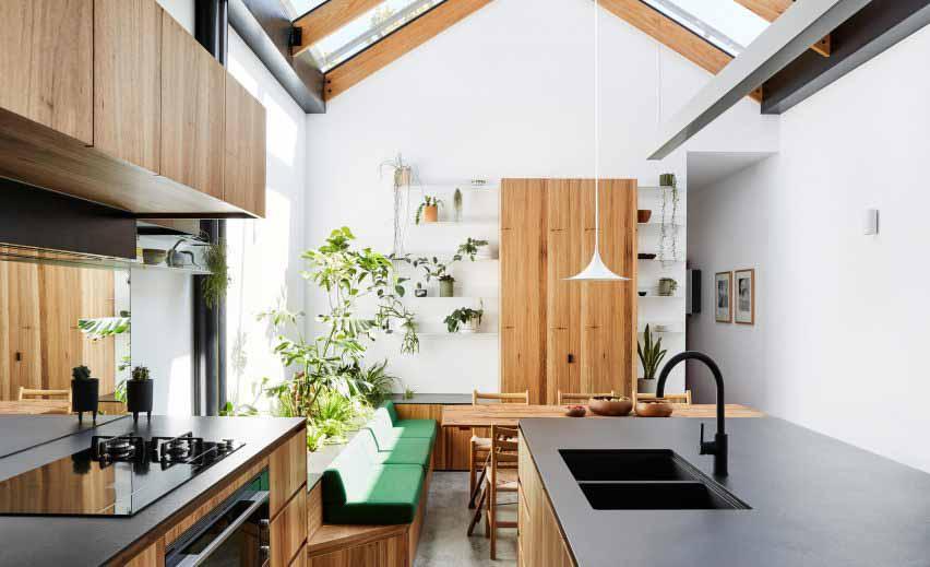 Белая кухня с растениями и деревянной мебелью