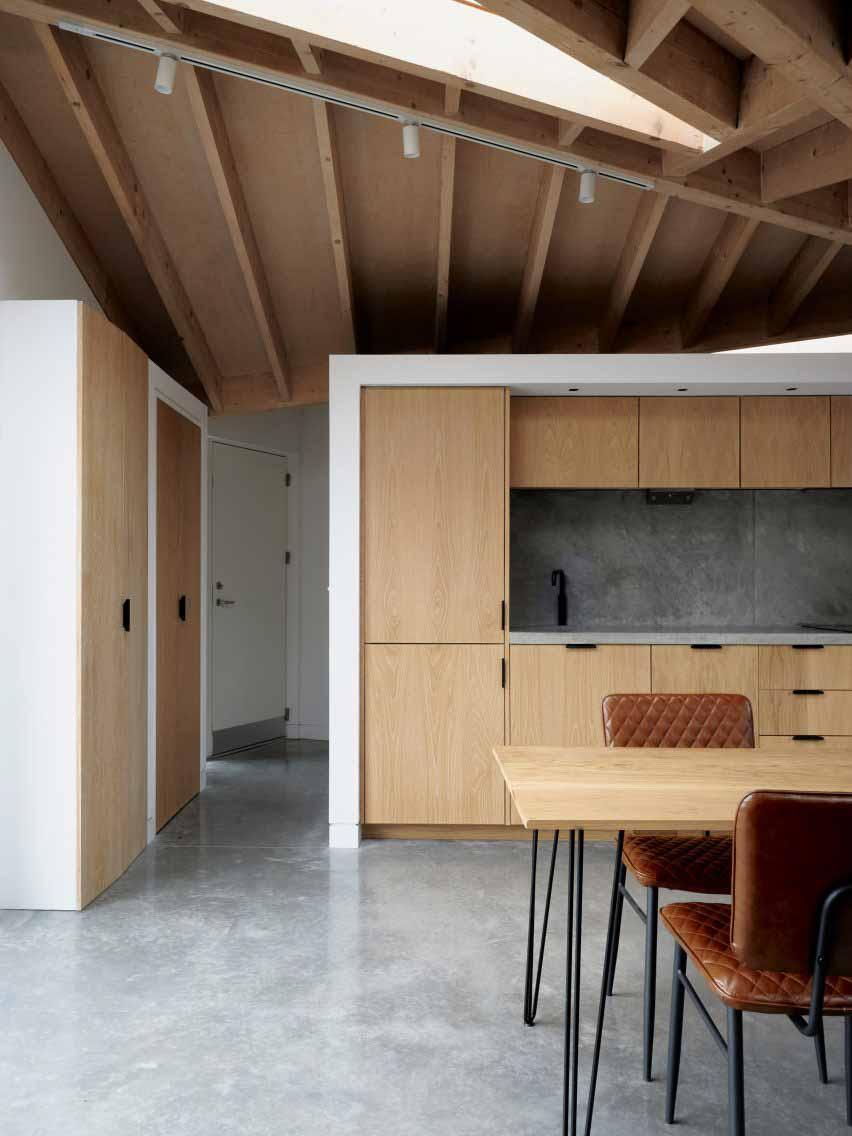 Кухня с деревянной крышей