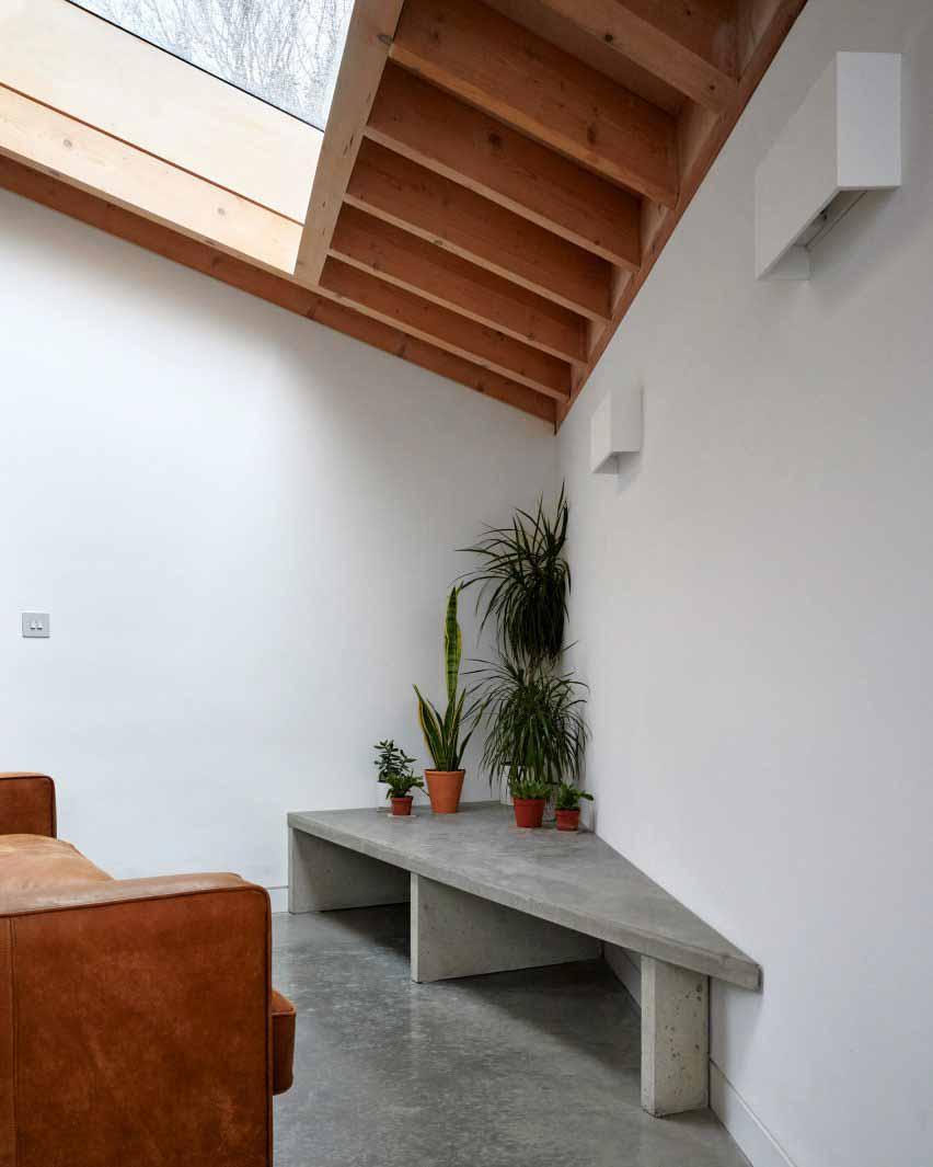 Жилое помещение с белыми стенами и деревянным потолком