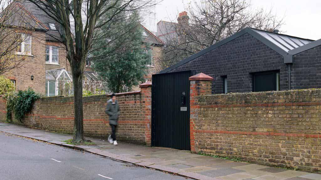 Филлипс Трейси выдавливает кирпич Jupp House на место бывшего гаража