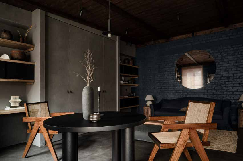 Жилая площадь открытой планировки с обеденным столом, встроенной кладовой и гостиной в квартире в Киеве.