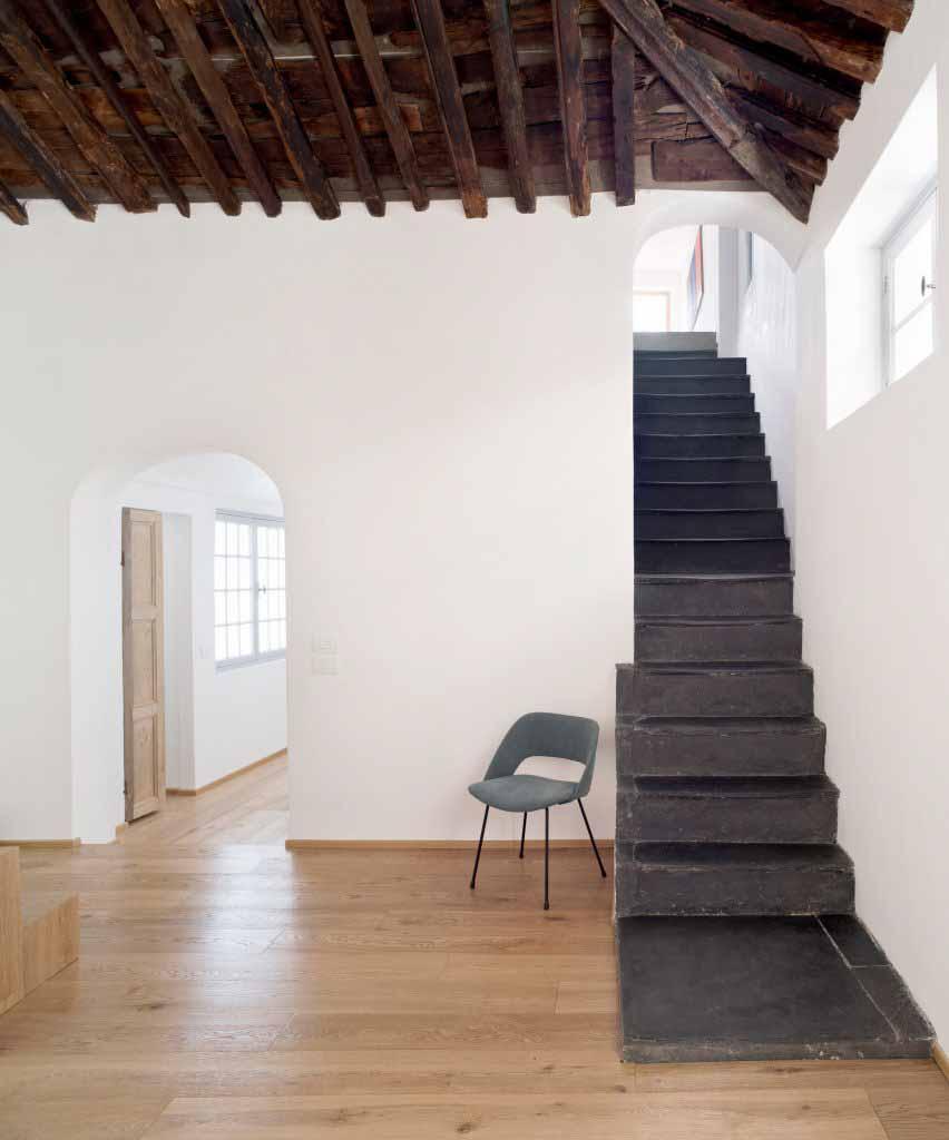 Сланцевая лестница в Доме для морского волка в Генуе от Доди Мосс