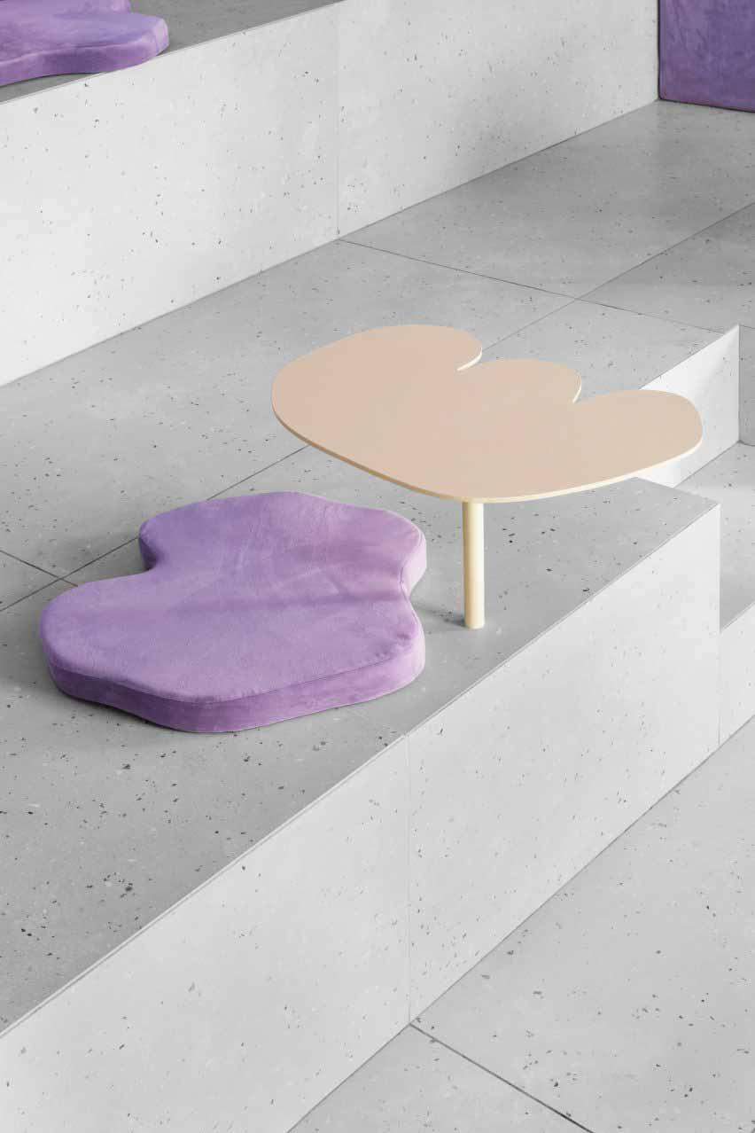 Стол и подушка против бетонного сиденья