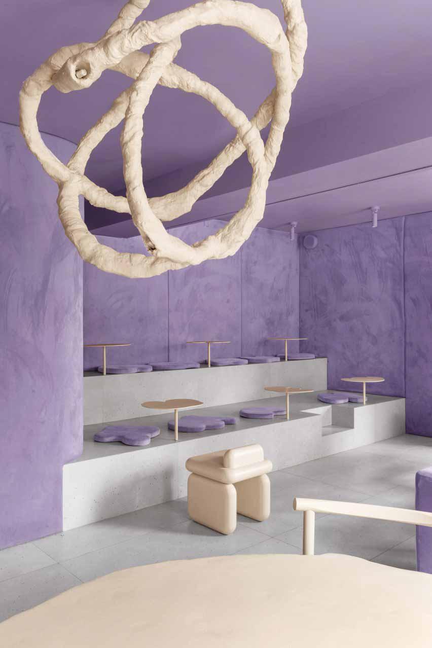 Люстра и бархатные стены в кафе-пончике в России