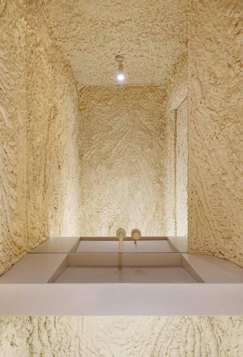 Покрытые пеной стены санузла кафе