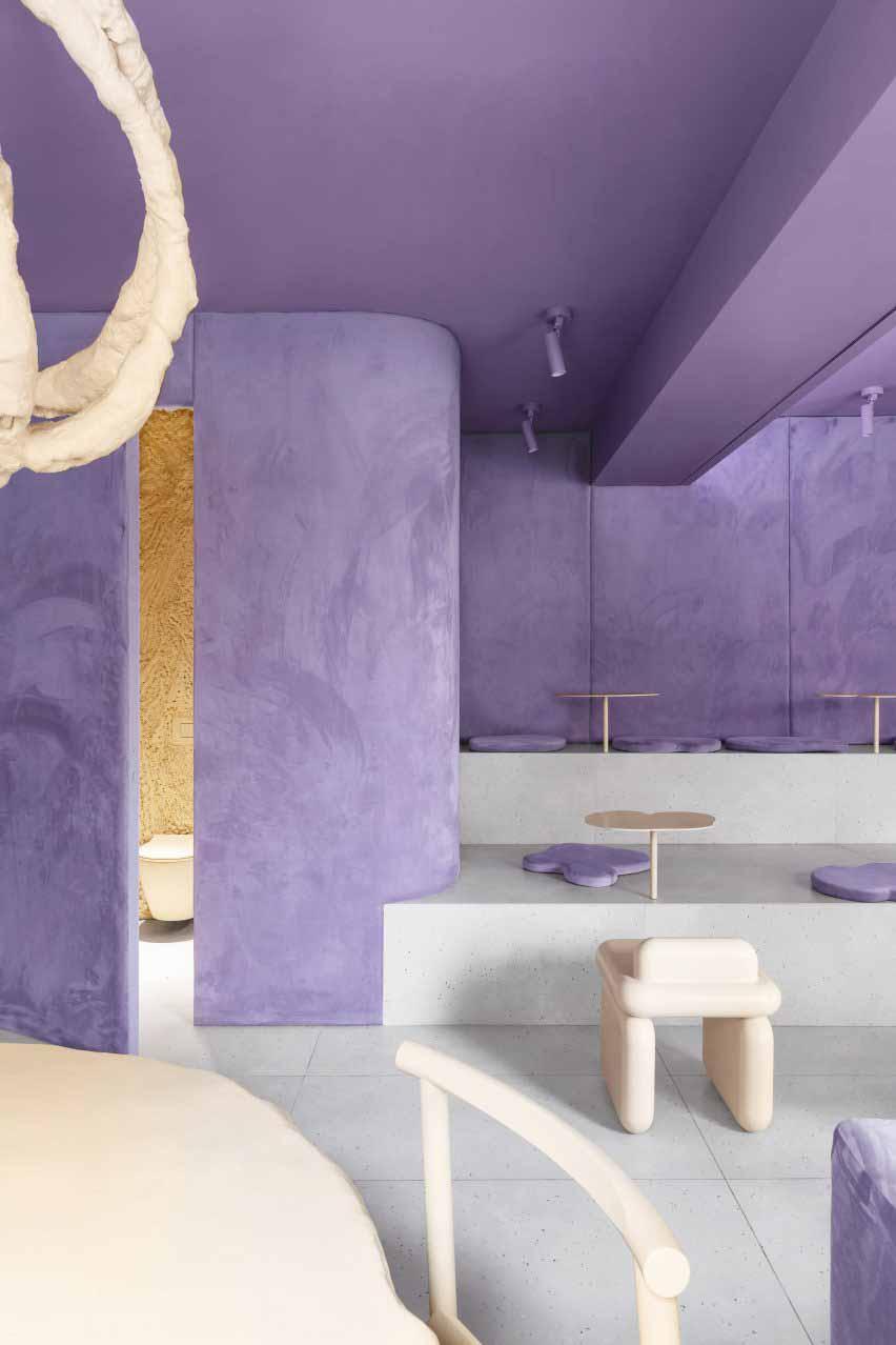 Вид на кафе с бархатными фиолетовыми стенами