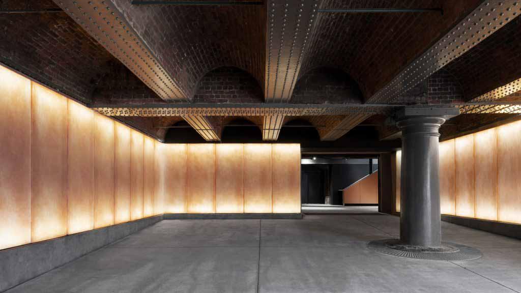 Кармоди Гроарк создает «атмосферный» вход в музей Манчестера.
