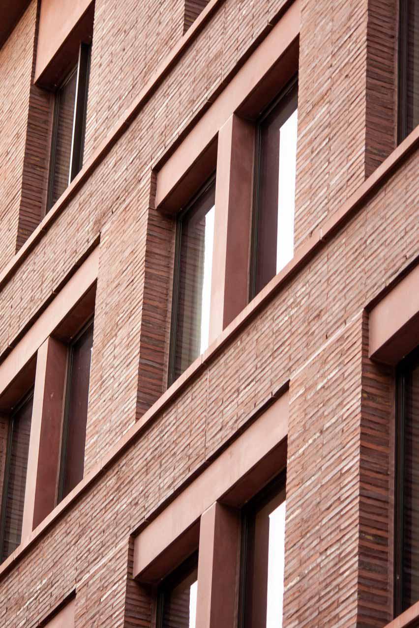 Римский кирпич и красный бетон на улице Джейн, 11-19