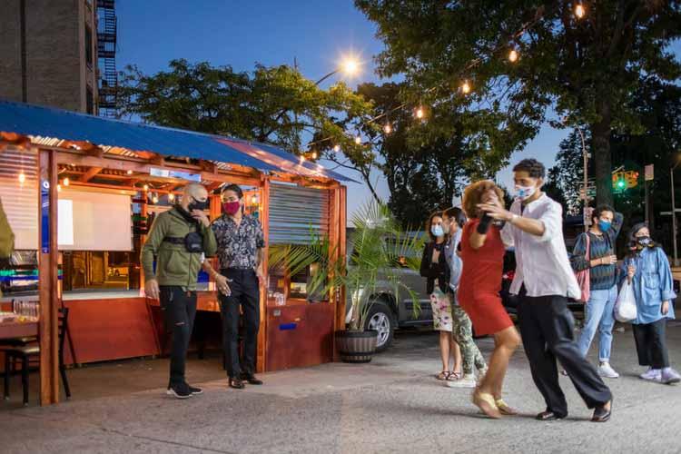 Программа Neighborhoods Now Института Ван Алена в сотрудничестве с дизайнерами и общественными организациями создавала открытые обеденные зоны для ресторанов Нью-Йорка в сообществах, сильно пострадавших от COVID-19. Изображение © Кэмерон Блейлок