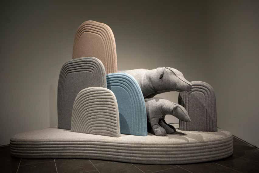 Скульптуры из шерсти серого и синего цвета