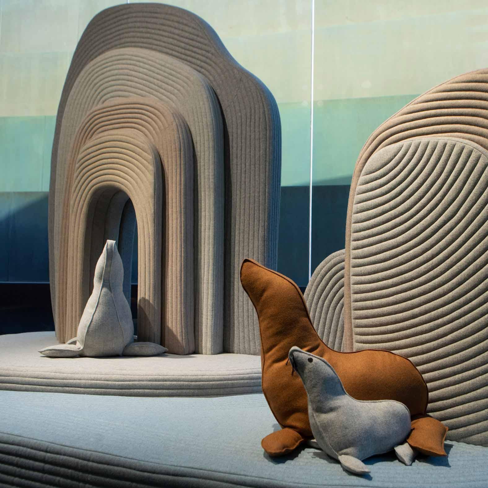 Сарит Шани Хэй наполняет инсталляцию «Мягкий пейзаж» подушками с животными