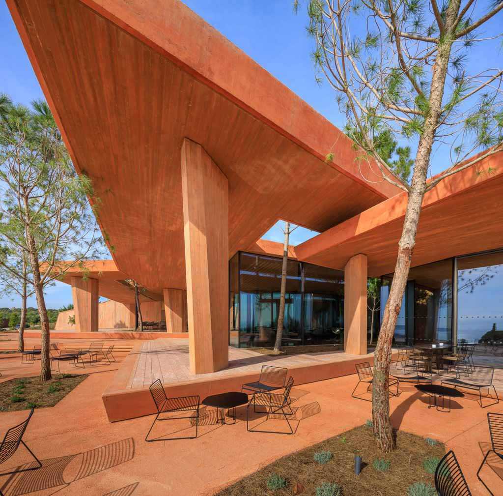 RCR Arquitectes строит красный бетонный клуб Palmares в Алгарве