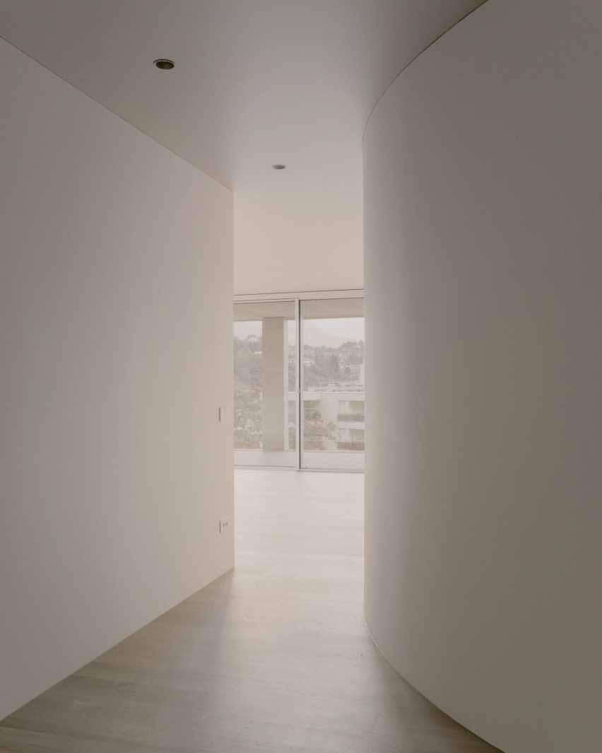 Изогнутые стены открывают вид на экстерьер