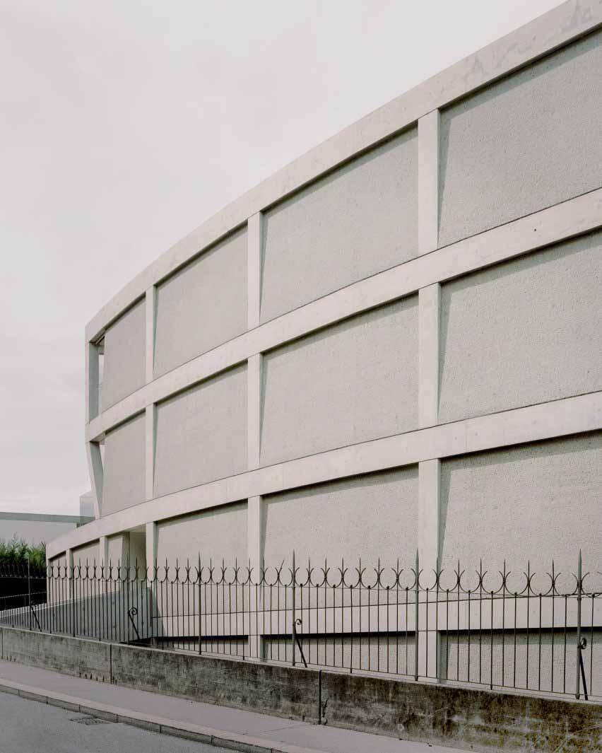 Фасад с сеткой и панелями, забитыми бучардой от DF_DC.