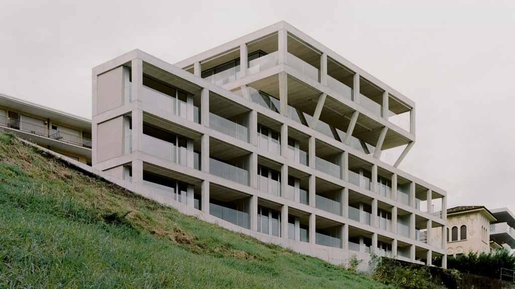 DF_DC скрывает швейцарский многоквартирный дом за бетонной стеной Пизанского баптистерия