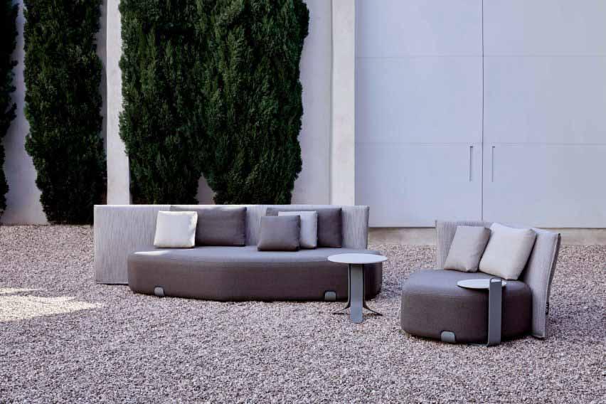 Есть серая мягкая мебель на открытом воздухе от Гана.