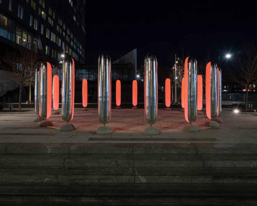 Столбы двухцветные, с отражающим серебром снаружи и полупрозрачными белыми изнутри, оснащенными светодиодными фонарями.
