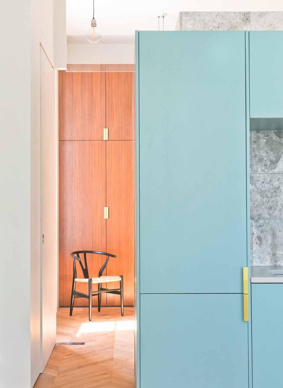 Архитектурная студия Nimtim отремонтировала викторианскую террасу в Лондоне в квартиру, экономящую пространство