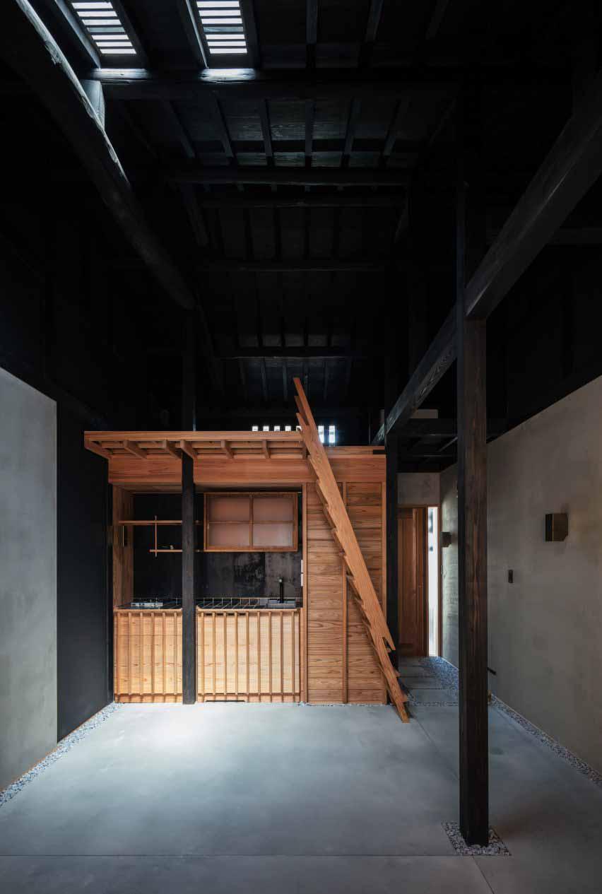 Темные интерьеры узкого японского дома