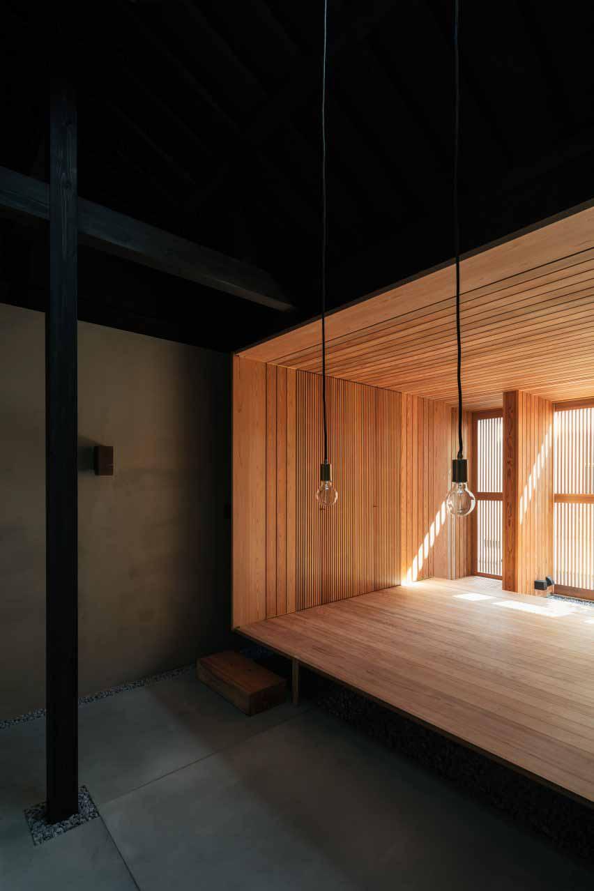 Кедровая комната в темном японском доме