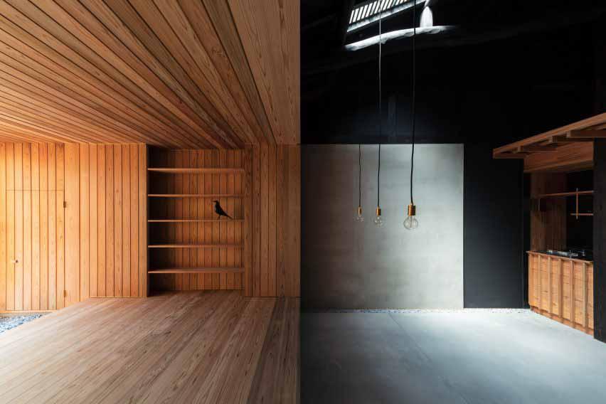 Японский дом с контрастными жилыми помещениями