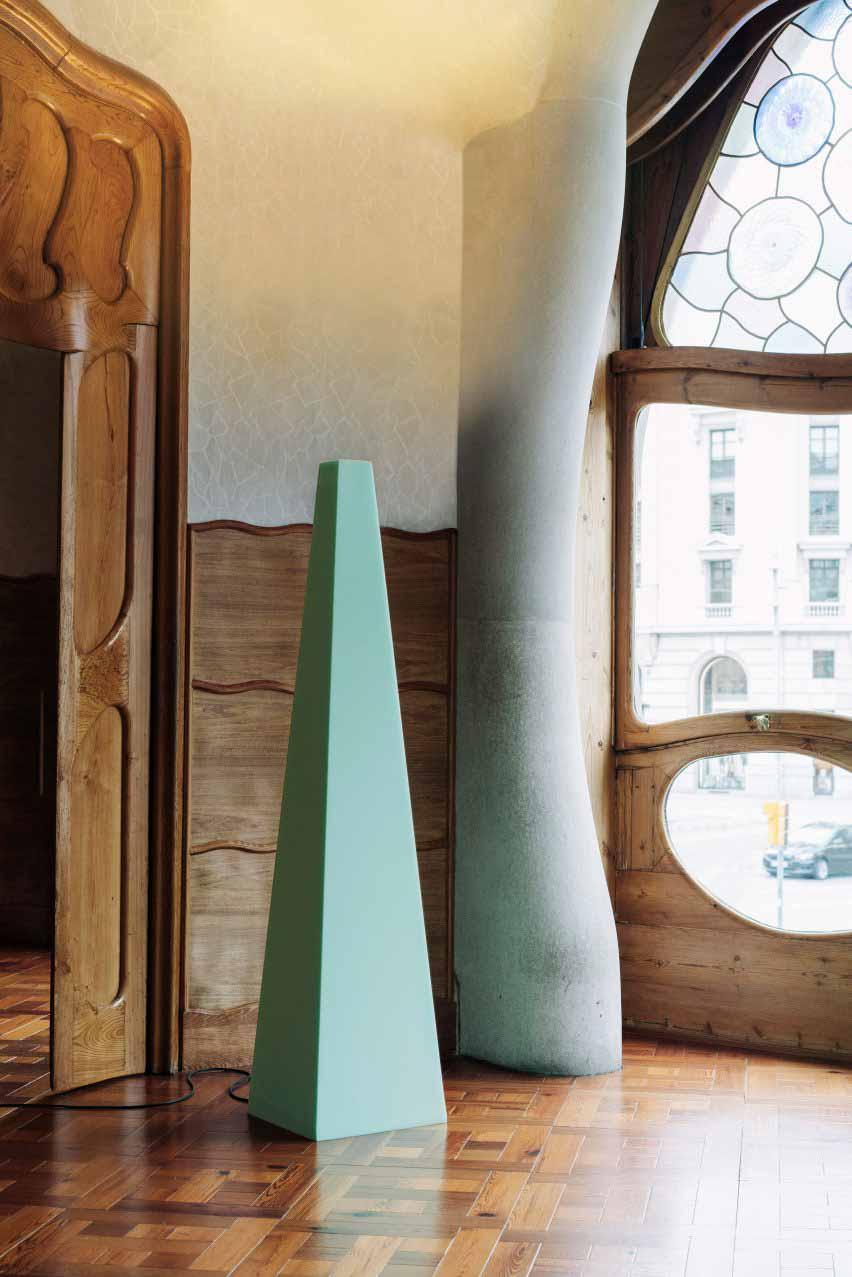 Зеленый пенный свет в форме пирамиды, сфотографированный в Доме Бальо