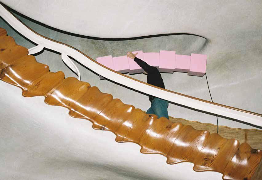 Man Enrich несет розовый свет пены, но на лестнице Дома Бальо
